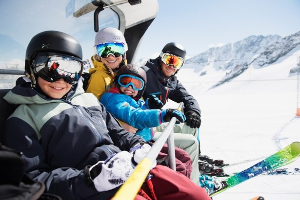 Je dobré vědět: Kde je lyžařská přilba na sjezdovkách povinná? ©Andre Schoenherr