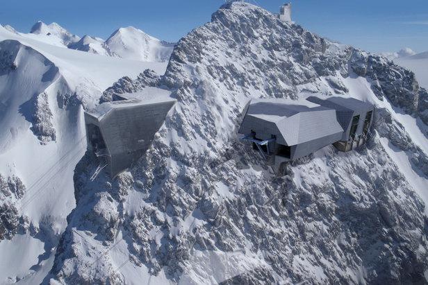 Visualisierung der neuen Bergstationen auf über 3800 Meter Höhe. Links sieht man die Bergstation der alten Großraumgondel.  - © Zermatt Bergbahnen AG