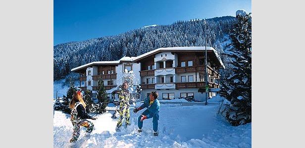Mit Tiroler Herzblut - family playing in snow