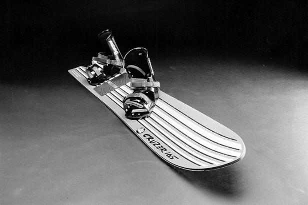 1986: Der Cruizer 165, das erste Snowboard mit einem gesinterten P-Tex 2000 Belag und dessen Bindung erstmals über ein Highback verfügte.