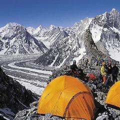 Der relativ enge Platz von Lager I mit Tiefblick zu den Gipfeln um den Concordia Platz - ©www.amical.de