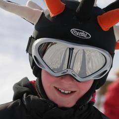 Warto wiedzieć – gdzie jazda w kasku narciarskim jest obowiązkowa?