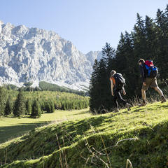 Wanderer in Ehrwald - ©Tirol Werbung