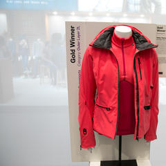 Dámská bunda  W Paradise Heat Jacket od Helly Hansen získala na ISPO zlaté ocenění - © Skiinfo | Sebastian Lindemeyer