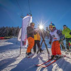 Prázdniny na horách mohou děti využít ke zlepšování své lyžařské techniky - © Sportbahnen Axalp Windegg AG