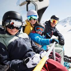 Dobre vedieť: Kde je lyžiarska prilba na zjazdovkách povinná? - ©Andre Schoenherr