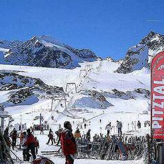 Autumn skiers on the Pitztal Glacier, Austria - © Pitztal