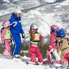První obloučky mohou vaše děti vyzkoušet za pomoci zkušených lyžařských instruktorů