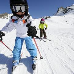 Bien protégés avec un casque adapté, les enfants peuvent s'adonner aux joies de la glisse - © OT Val Thorens-P.Lebeau
